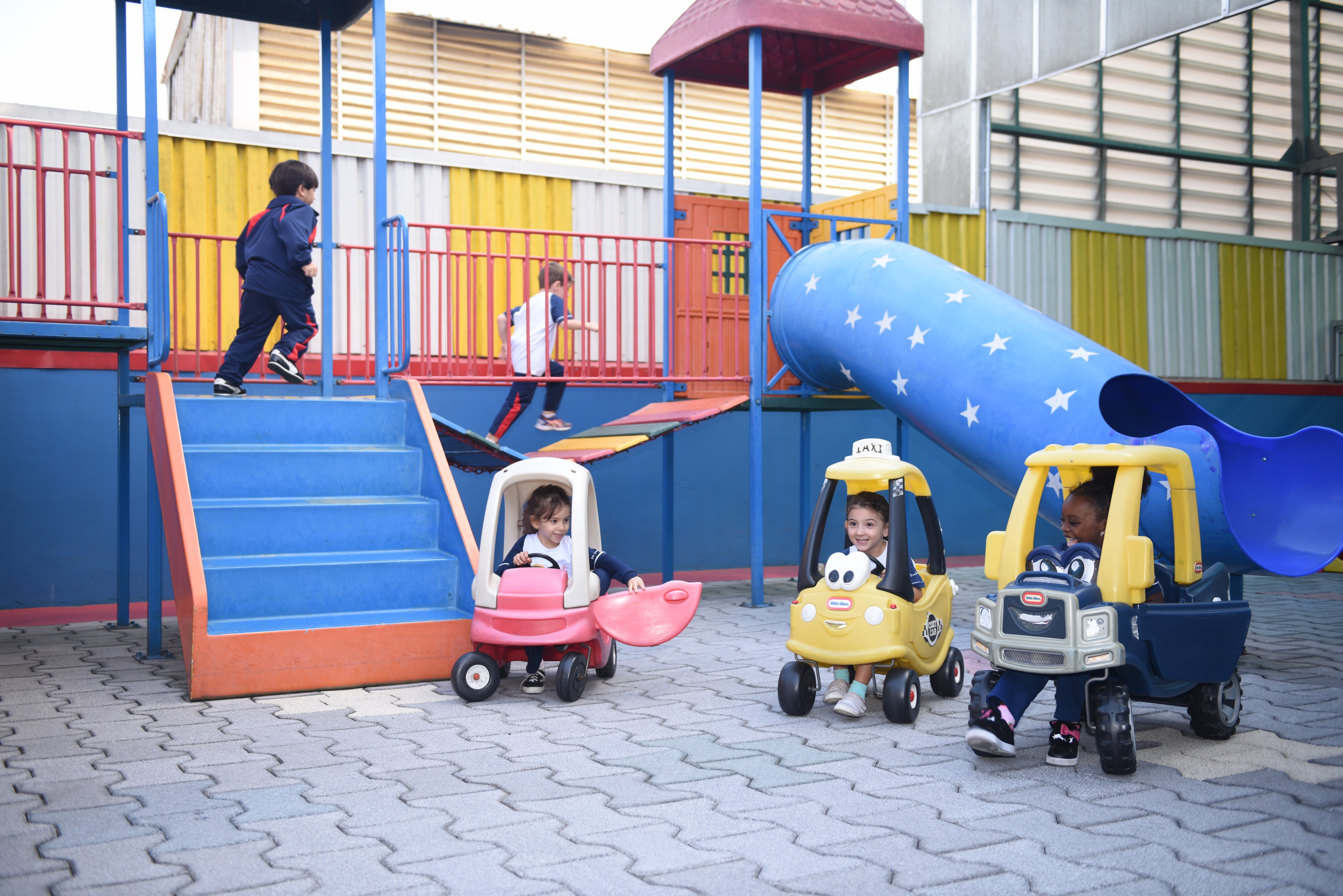 Parque Infantil <a href='/img/galeria/8FCEA21810F3A3B8D07E.JPG' target='blank'><b style='color:white'>Baixar Foto</b> <img src='img/down-arrow-white.png' style='margin-top:-4px' border='0'></a>